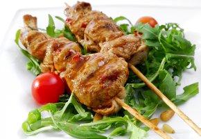 Fleischspiesse mit etwas Ruccola Salat