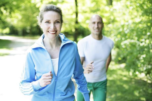 Durch gesunde Ernährung und Sport kann man Krankheiten vorbeugen.