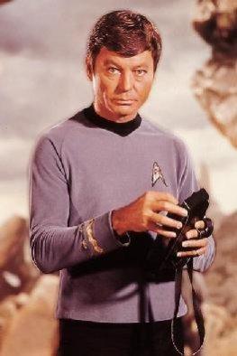 """Star-Trek - Dr. Leonard """"Bones"""" McCoy mit seinem Tricorder"""