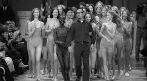 Stardesigner Issey Miyake bei einer Modenschau in Paris