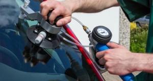 Ein Steinschlag in der Autoscheibe kann man kostengünstig reparieren lassen.