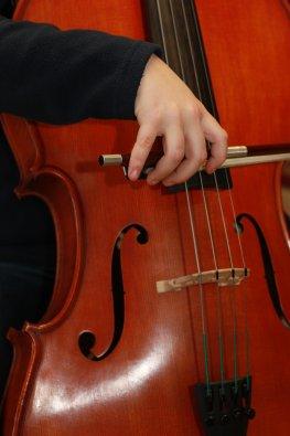 Streichinstrument: Bogenhaltung beim Cello