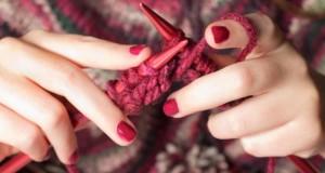 Stricken mit Wolle und Nadeln.