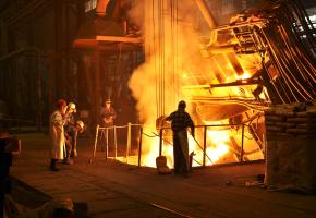 Stahlarbeiter gießen Stahl am Hochofen