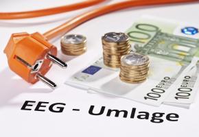 Stromstecker und Euros mit dem Hinweis: EEG-Umlage