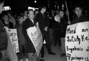Unruhen nach Attentat auf Dutschke - Studenten protestieren vor dem Springerverlag