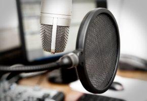Studio Mikrofon - Synchronsprecher leihen den Hollywood-Schauspielern ihre Synchronstimmen