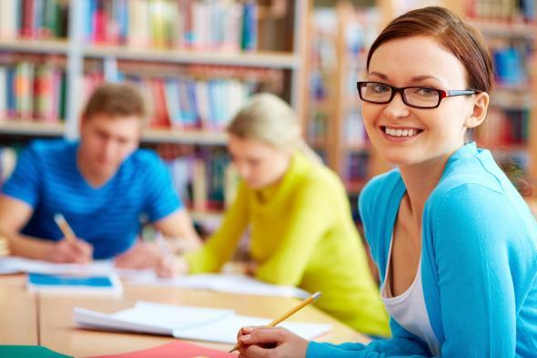 Studentin beim lernen, sie strahlt Freude aus.