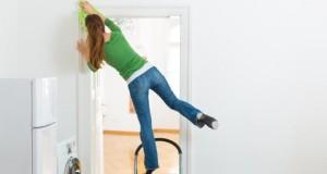 Unfallgefahr - häufig stürzen Menschen von Leitern.