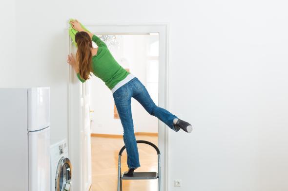 Unfallgefahr - häufig stürzen Menschen im Haushalt oder Garten von Leitern.