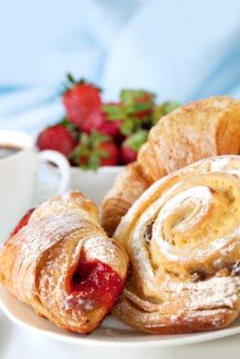 Süße Stückchen und Teilchen aus der Bäckerei enthalten jede Menge Kalorien und Fett.