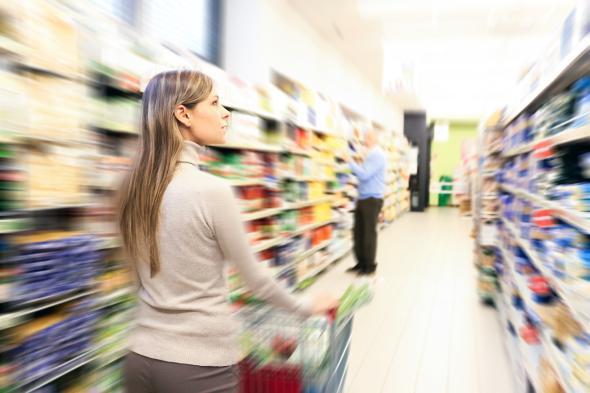 Junge Frau beim Einkauf im Supermarkt.