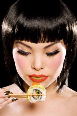 Sushi: japanische Esskultur - Japanerin mit Maki-Sushi