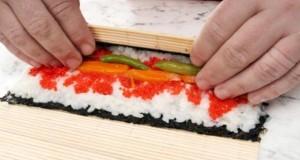 Das Sushi wird mit dem Makisu gerollt.