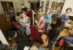 Kleidertausch: Eine Gruppe von Frauen begutachten die mitgebrachte Kleidung