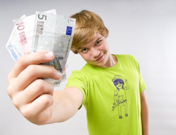 Teenager mit ein paar Euroscheinen in der Hand