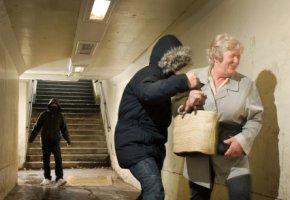 Taschenraub - zwei Kriminelle rauben die Tasche einer Rentnerin