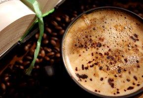 Tasse Kaffee mit frischen Kaffeebohnen