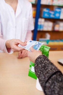 Einkauf in der Apotheke - teure Medikamente: Hohe Steuern auf Arzneimittel