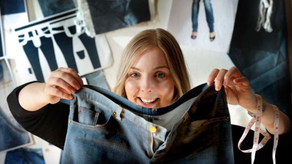 Textildesign-Studentin Dawn Ellams zeigt eine ihrer selbsthergestellten Ecojeans.