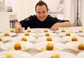 Tim Raue kocht bei einer Veranstaltung