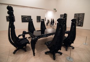 Tisch und Stühle im Alien-Design - Made by Giger