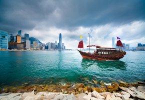 Traditionelles Chinesisches Junkboot im Victoria-Hafen von Hong Kong