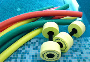 Trainingsgeräte für Aqua-Sport, z.B. Aqua-Wurst und Wasserhanteln