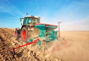 Traktor beim aussäen auf dem Feld