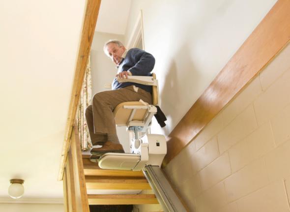 Mit dem Treppenlift kommen Senioren auch in die oberen Etagen im Haus.