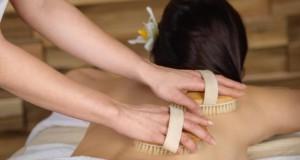 Massage mit Trockenbürsten bringt den Kreislauf in Schwung.