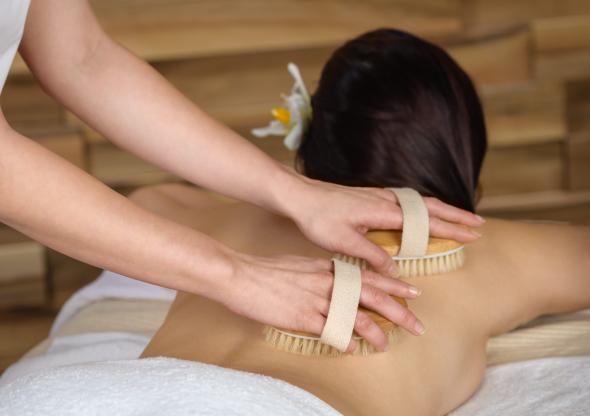 Eine Massage mit Trockenbürsten bringt den Kreislauf in Schwung.