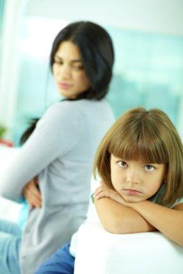 Trotzanfall - Tochter zeigt sich trotzig gegenüber ihrer Mutter