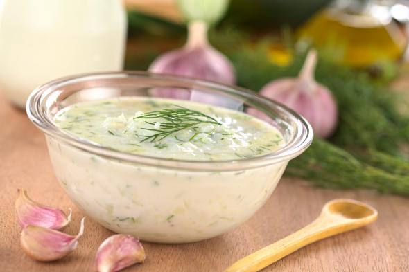 Der griechische Dip Tsatsiki schmeckt zu vielen Gerichten.