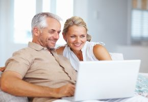 Twitter: Ein Ehepaar twittert am Laptop