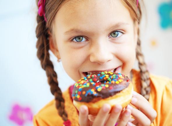 Wenig Bewegung und zu viel Süßigkeiten fördern das Übergewicht bei Kindern.