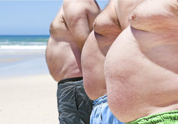 Drei dicke Männer mit Adipositas.
