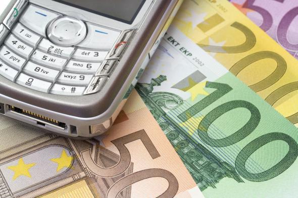 Handy und einige Euro Scheine.