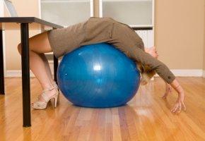 Übungen mit dem Ball: Gegen die Müdigkeit und Kreuzschmerzen