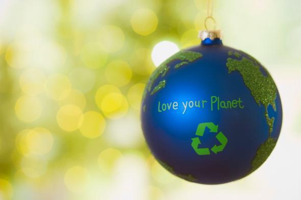 """Weihnachtskugel mit dem Reycling-Logo und der Aufschrift """"Love your Planet"""""""