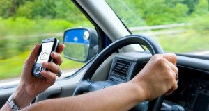 Telefonieren während der Autofahrt ist verboten.