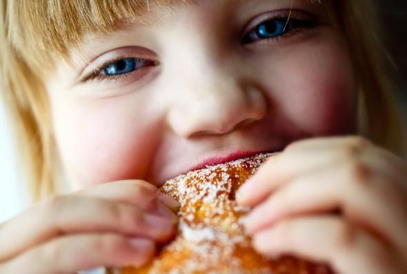 Zu viel Fett und Zucker sind daran Schuld, dass Kinder unter Übergewicht leiden.