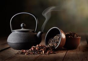 Teekanne und unterschiedliche Teesorten
