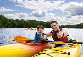 Vater und Sohn beim Wassersportcamping