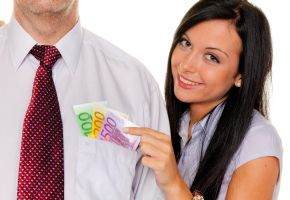 Die Frau zieht ihrem Mann das Geld aus der Tasche
