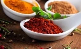 Verschiedene Gewürze: Curry, Chili, Muskatnuss