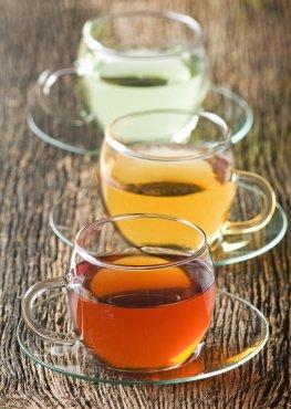 Verschiedene Teesorten: Grüntee, Schwarzer Tee und Matetee