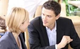 Versicherungsberatung und Abschluß: Mitarbeiter der Versicherung berät eine Kundin