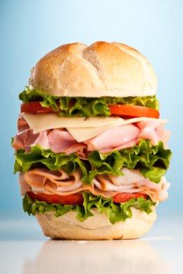 Dünn Brot mit viel Wurst, Käse und Salat