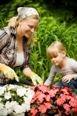 Vorsicht Giftpflanzen - ein junges Mädchen bekommt Pflanzen erklärt